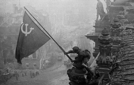 Чей флаг развевался над поверженным Рейхстагом