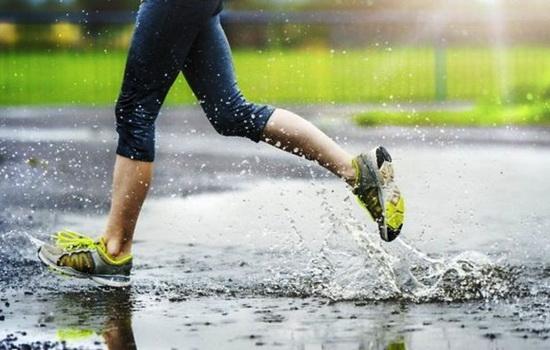 Что лучше идти под дождем или бежать