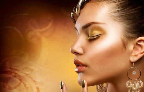 Что произойдет, если красивую женщину покрыть золотом с головы до пят