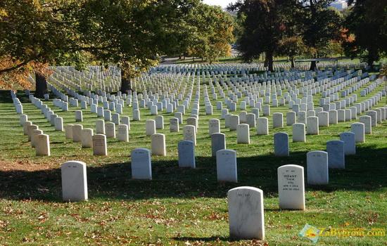 Кто был первым американцем, погребенным в Британии