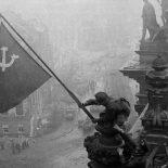Чей флаг развевался над поверженным Рейхстагом ?