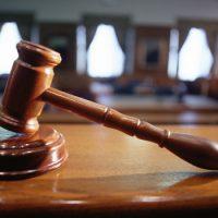 Чем стучит по столу британский судья, призывая к порядку в суде ?