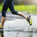 Что лучше: идти под дождем или бежать?