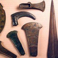 Из чего делались орудия труда в бронзовом веке ?