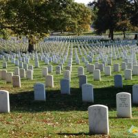 Кто был первым американцем, погребенным в Британии ?
