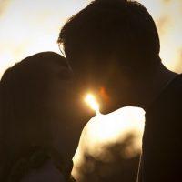 Люди целуются. Откуда это пошло?