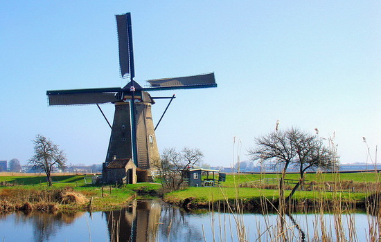 Когда впервые стали использоваться ветряные мельницы ?