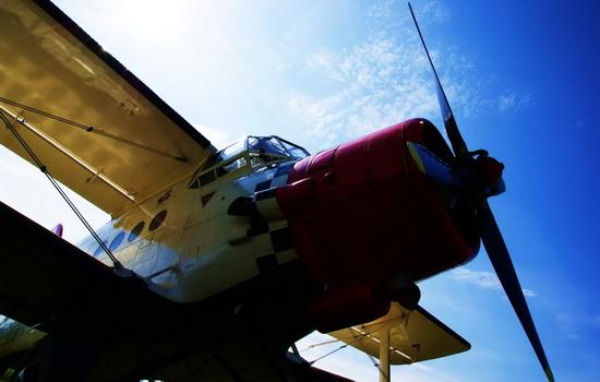 Кто первым совершил полет на аэроплане ?