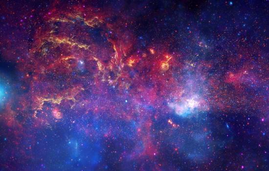 На небе видно бесконечное количество звезд
