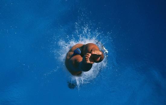Прыжки в воду безопаснее, чем прыжки на землю, бетон или асфальт
